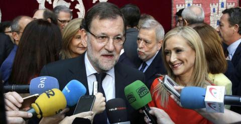 El presidente del Gobierno y del PP, Mariano Rajoy, hace unas declaraciones tras asistir a la toma de posesión de los siete consejeros del Gobierno de Cristina Cifuentes. EFE/Angel Diaz