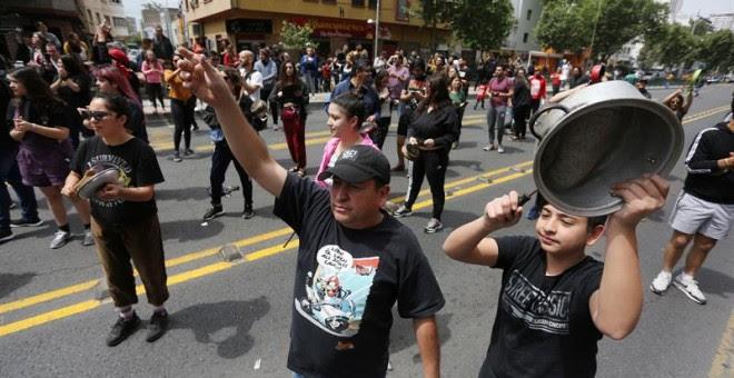 Personas protestan en las calles, en Santiago, Chile, hoy 19 de octubre de 2019. EFE/Elvis González