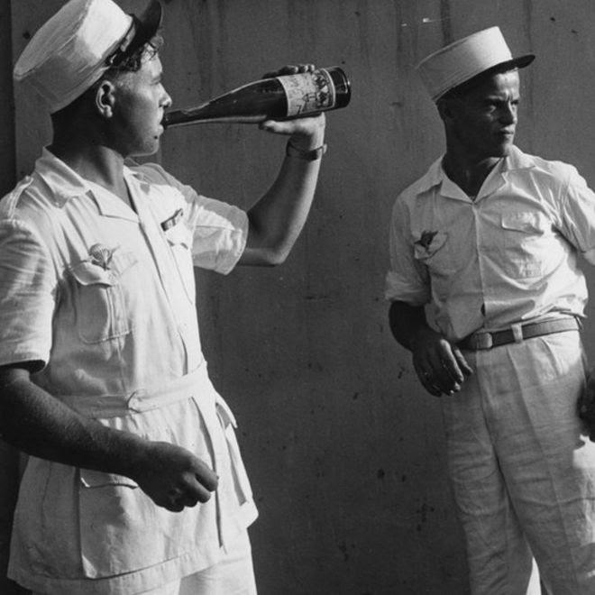 Lính lê-dương của quân đội Pháp uống rượu cả chai khi đi nghỉ phép ở Sài Gòn trong cuộc chiến Đông Dương
