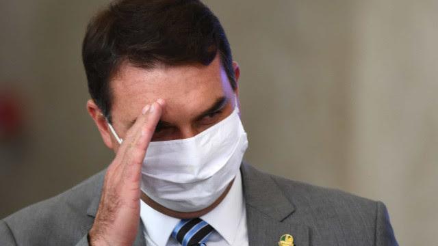 'Grupo de WhatsApp virou organização criminosa', ironiza Flávio Bolsonaro