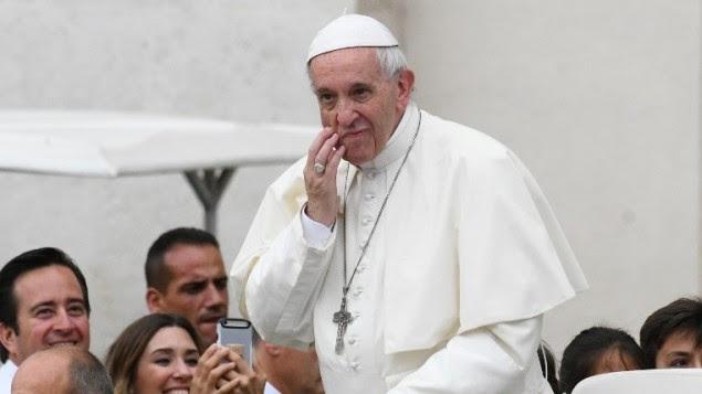 Le pape François dans la papamobile alors qu'il arrive pour une audience générale hebdomadaire sur la place Saint-Pierre le 28 juin 2017 au Vatican. (Crédit : AFP / Vincenzo PINTO)