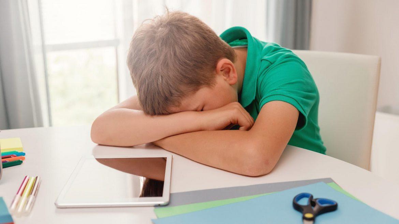 nino-cansancio-escolar-educacion-cuidados-intensivos-Angie-Culma-1170x658