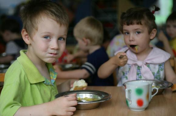 La ONG asegura que en España, con 2.3 millones de niños viviendo bajo el umbral de la pobreza, urge un pacto de Estado sobre la infancia.