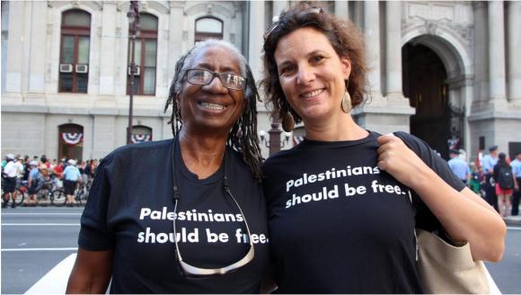 Rebecca Vilkomerson (à droite) en juillet 2016 avec Caroline Hunter, qui a participé au mouvement pour mettre fin à l'apartheid en Afrique du Sud. Crédit : JVP