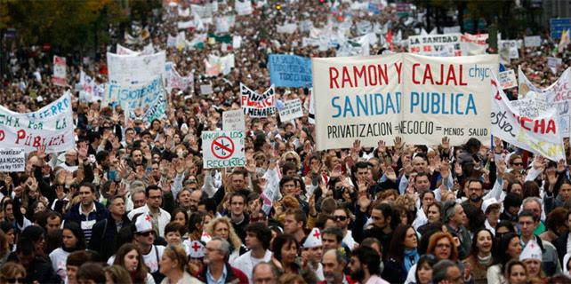 Una Marea Blanca recorre las calles de Madrid en noviembre de 2012.