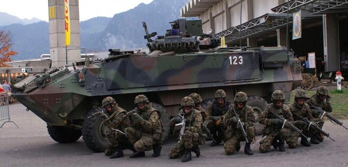 Schweizer Armee. Füsiliergruppe und Mowag Piranha Schützenpanzer. Demonstration einer Gebäudedurchsuchung.