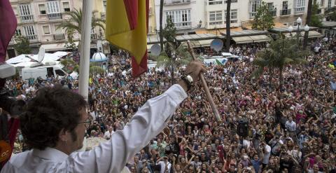 """El nuevo alcalde de Cádiz, José María González Santos """"Kichi"""", saluda desde el balcón del Ayuntamiento tras tomar posesión de su cargo. Centenares de personas han esperado la salida de """"Kichi"""" al balcón del consistorio para aclamar a su nuevo alcalde. EFE"""