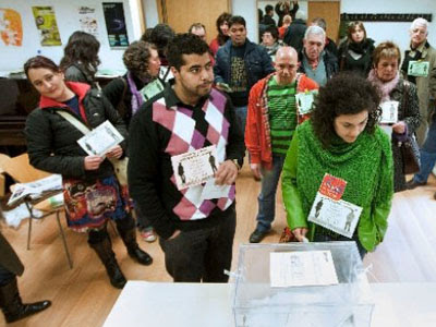 Varias personas se disponen a ejercer su derecho al voto en un colegio electoral.- EFE