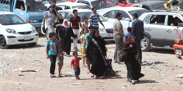 Familias iraquíes huyen de los combates de Mosul.