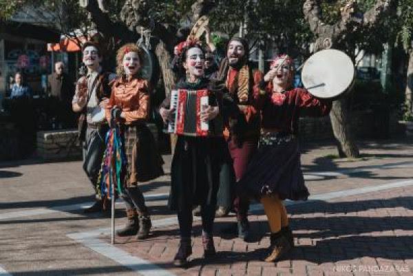 Τσικνοπέμπτη με άρωμα παράδοσης και μουσική στο κέντρο της Αθήνας