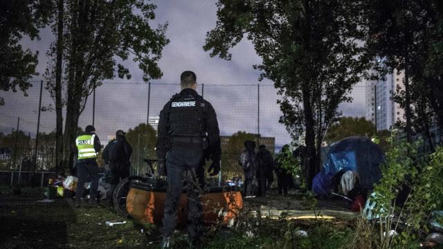 Polícia francesa retira 1.606 migrantes de dois campos perto de Paris