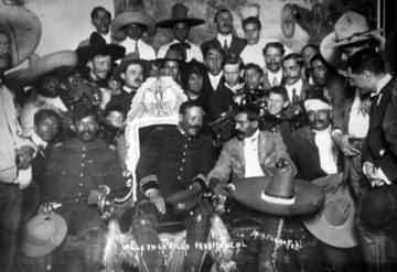 Pancho Villa y Emiliano Zapata en el Palacio Presidencia el 1914.