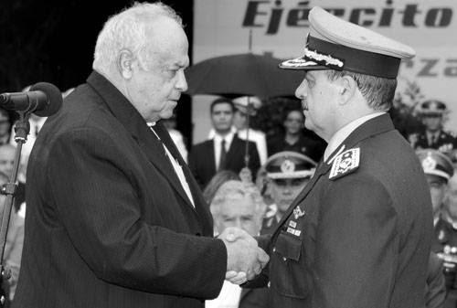 Eleuterio Fernández Huidobro y el nuevo comandante en jefe del Ejército, Juan Villagrán. Foto: Walter Paciello, Presidencia