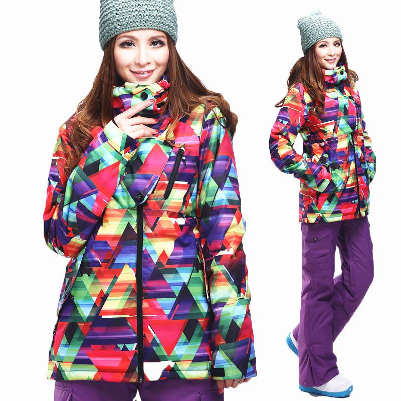 Фиолетовые лыжные брюки и яркая куртка