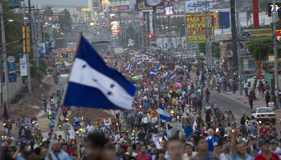 Hondureños protestan por la corrupción gubernamental y la grave situación social. Foto: Tomada de Tele Sur.