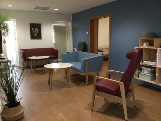 Fælles tv-stue med nye farver og indretning