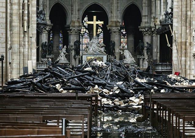 El interior de la catedral de Notre Dame de París tras el incendio