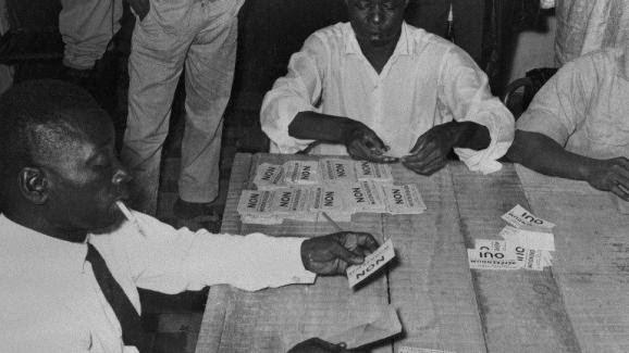 Référendum à Conakry. Les Guinéens décident le 28 septembre 1958 de dire «non» à l\'association avec la France et optent pour l\'indépendance.