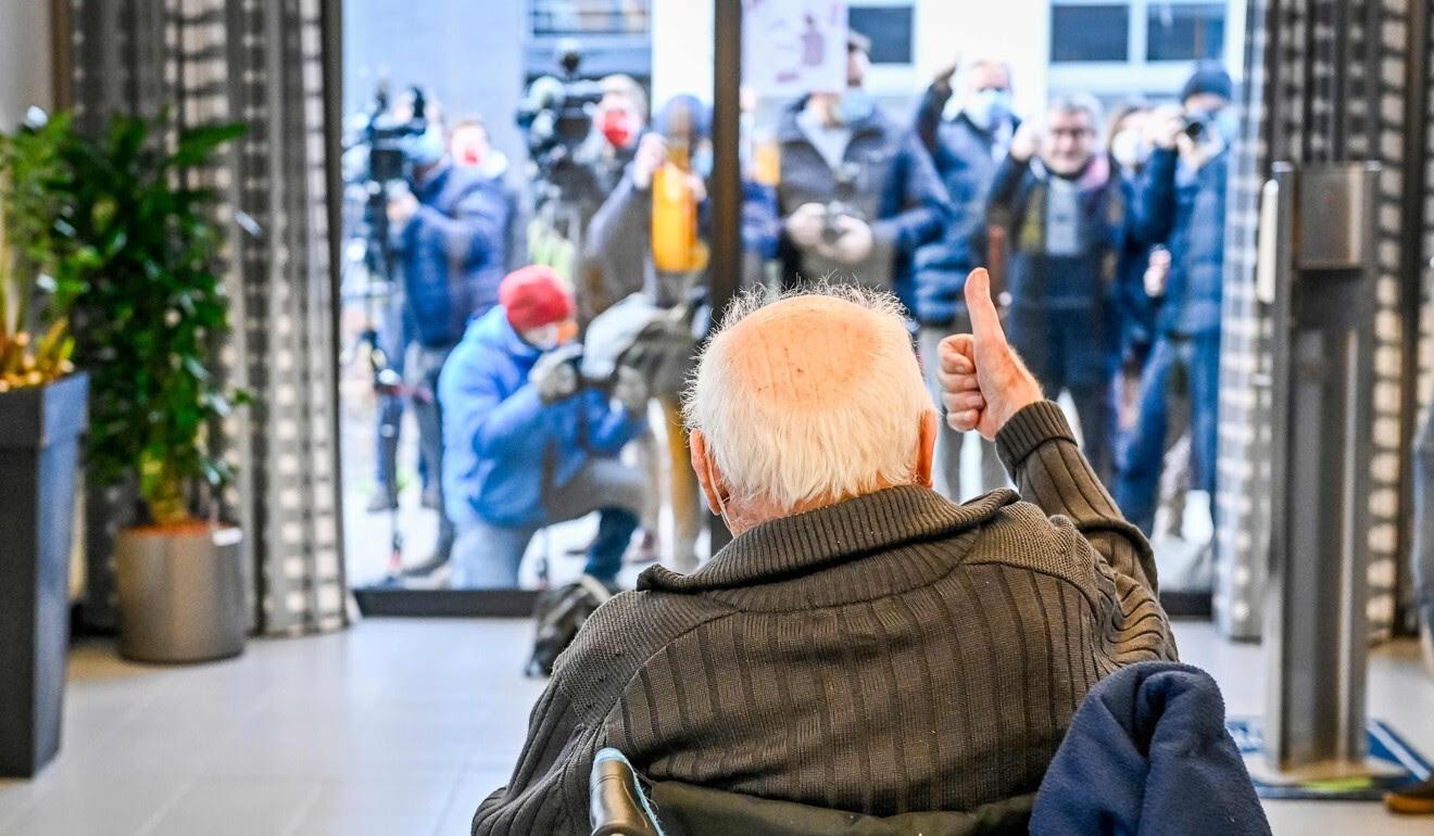 Jos Hermans, de 96 años, fue el primero en recibir un Pfizer-BioNTech Covid-19 en la región flamenca de Bélgica.  Foto: AFP