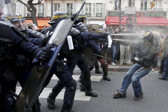 """Un periodista del rotativo británico 'The Guardian' escribió en su tuit: """"Ahora están atacando a la Policía con botellas de vidrio y [esta] responde penetrando entre la multitud y lanzando granadas aturdidoras""""."""