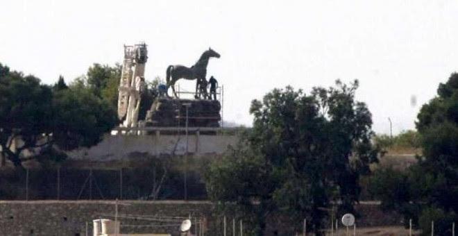 Varios operarios proceden a la retirada de la estatua ecuestre de Franco en el cuartel de la Legión, en Melilla. EFE