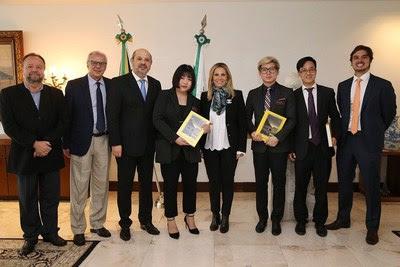 Encontro com a governadora do Paraná, Cida Borghetti (quinta da esquerda) e com o secretário de Estado de Esporte e Turismo do Paraná, João Carlos Barbiero (terceiro da esquerda) (PRNewsfoto/Explosion Studio)