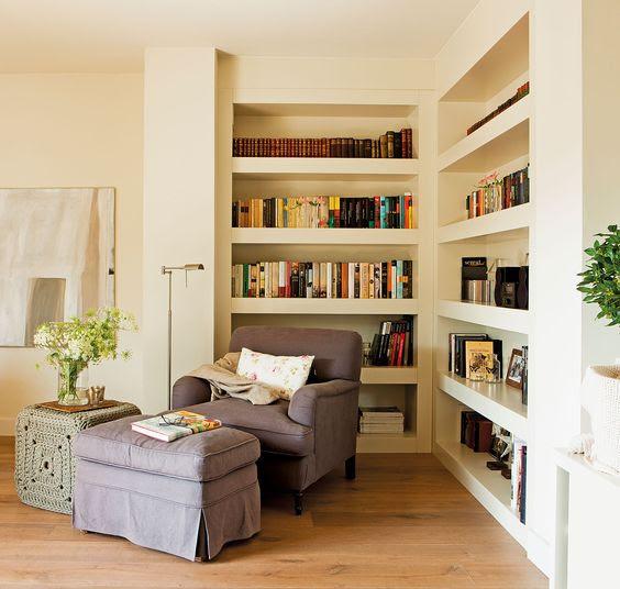Rincón de lectura. Aprovechando una esquina y con una librería a medida. Es un proyecto de Sandra Mora.