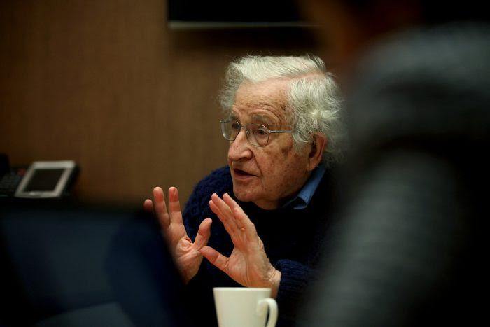 """Noam Chomsky: """"La pandemia es otro caso de la falla masiva del mercado, como el calentamiento global"""""""
