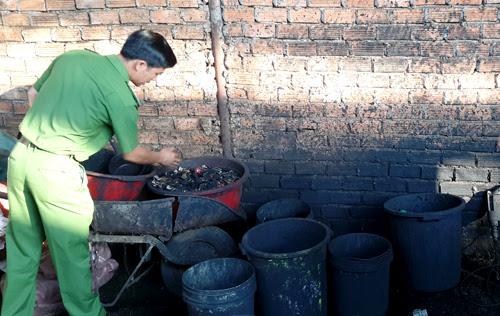Những xô chậu cáu bẩn cơ sở dùng để nhuộm cà phê với bột pin con ó.