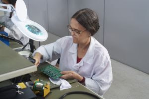 Com 90% da equipe feminina, de idade média de 40 a 53 anos, indústria de placas eletrônicas cresce 5 vezes em faturamento em menos de um ano
