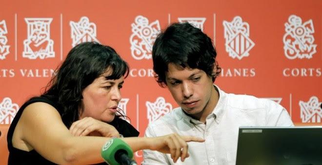 La secretaria de acción Institucional de Podemos, Auxiliadora Honorato, y Segundo González, responsable del área de Finanzas y Transparencia del Consejo Ciudadano de Podemos, en la presentación de este miércoles. EFE