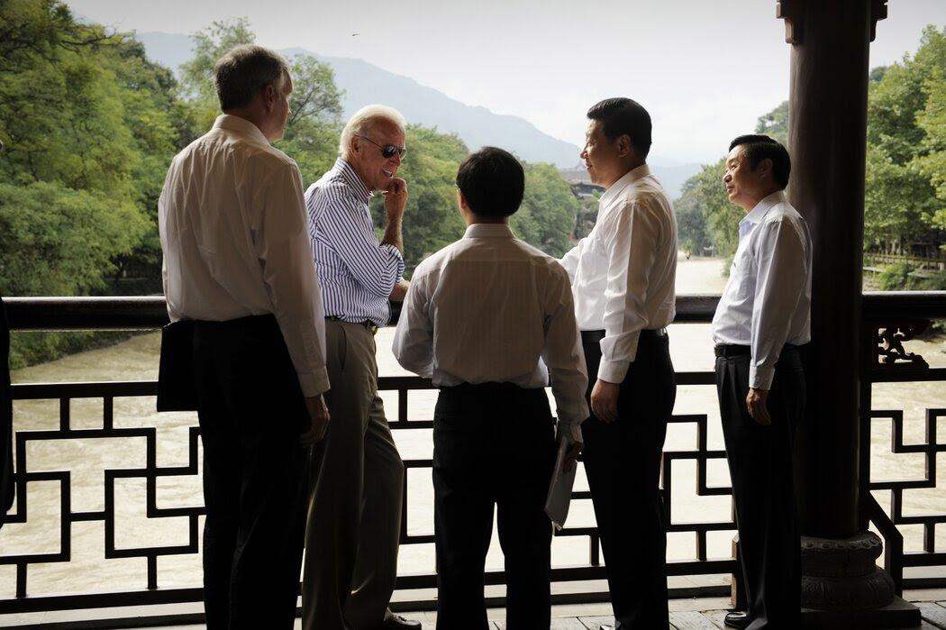 2011年,美国副总统拜登与时任中国国家副主席的习近平在中国都江堰会晤。