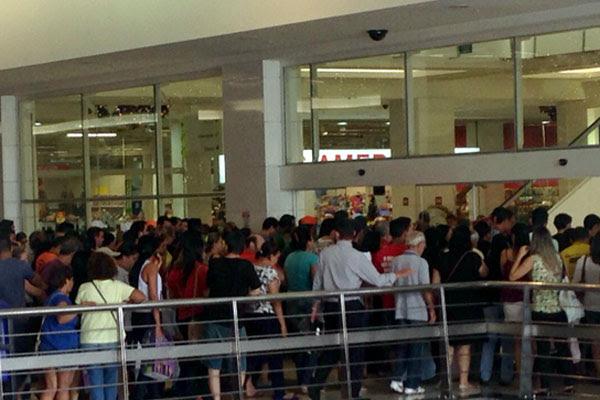 Clientes aguardam abertura das lojas no Midway Mall