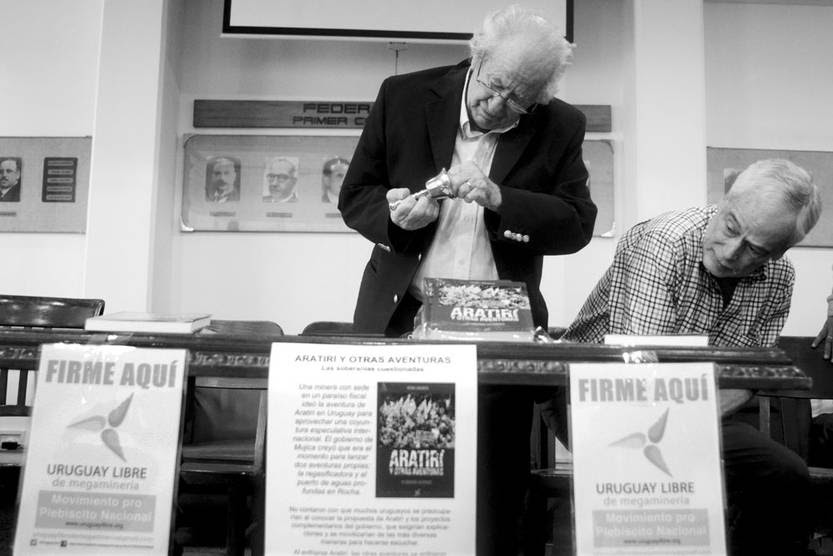 Gonzalo García Lagos y Víctor Bacchetta, del Movimiento Uruguay Libre de Megaminería, ayer en la Asociación Rural del Uruguay. Foto: Pablo Vignali