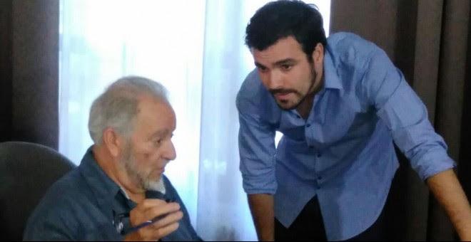 Julio Anguita y Alberto Garzón conversan tras la participación de ambos en los cursos de verano de El Escorial.- A.I.