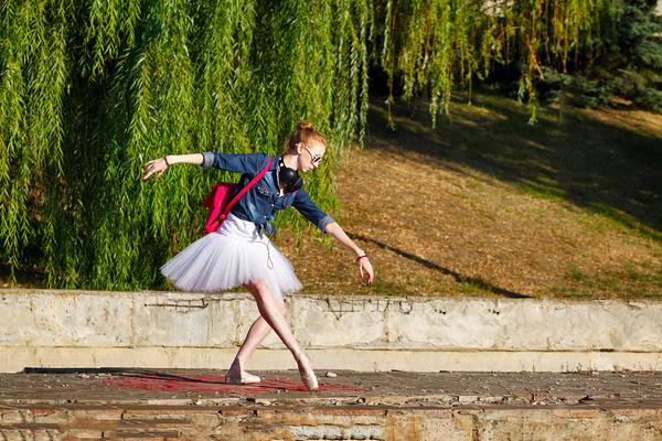 Hipster girl dancing ballet pas