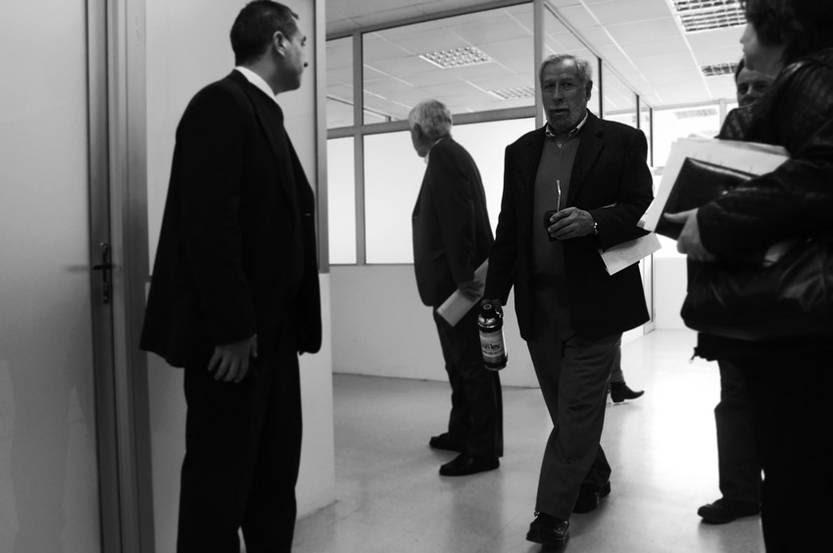 Luis Romero (centro) llega a una conferencia en el salón de actos del MTSS. / Foto: Pablo Nogueira (Archivo, Junio de 2013)