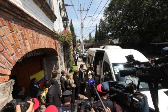 Una comitiva con las cenizas del escritor colombiano ha salido de su casa con dirección hacia el Palacio de Bellas Artes. Foto: EFE.