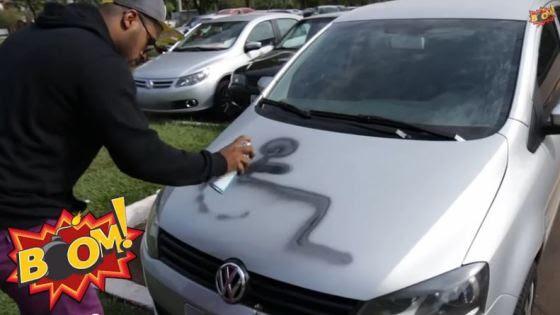Motoristas sem respeito tiveram seus carros pintados por estacionar em vagas de estacionamento para pessoas com deficiência