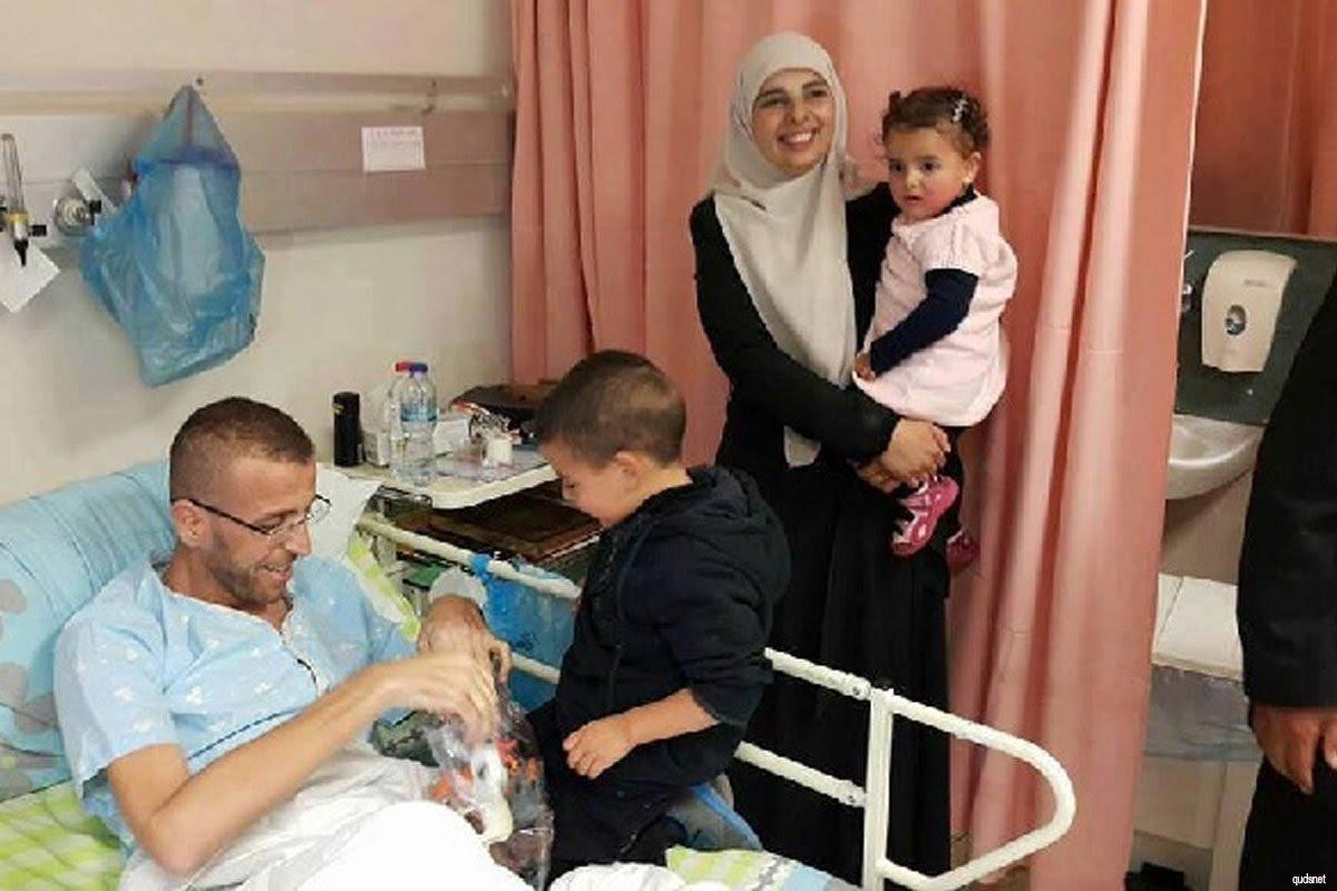 Muhammad Al-Qeq se reencuentra con su familia por primera vez desde que puso fin a su huelga de hambre