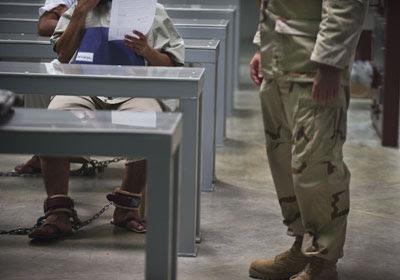 Prisioneros de Guantánamo durante una clase en la que se les enseña a escribir el currículum vítae. Paul J. Richards / afp