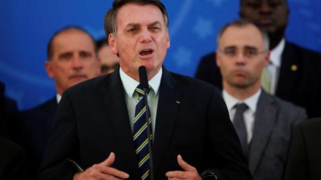 Bolsonaro volta a desafiar Supremo ao exaltar apoio militar