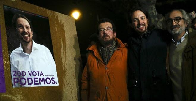 Pablo Iglesias, junto a su padre y al candidato de Podemos por Zamora Braulio Llamero, en Villaralbo. / REUTERS