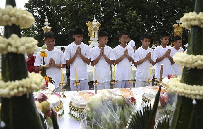 Lễ thắp nến cầu nguyện cho sỹ quan hải quân Saman Kunan