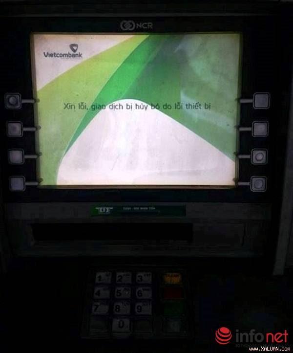 Máy ATM của ngân hàng Vietcombank đường Bà Triệu chiều 13/2 không thể giao dịch.  Ảnh: Phan Sương
