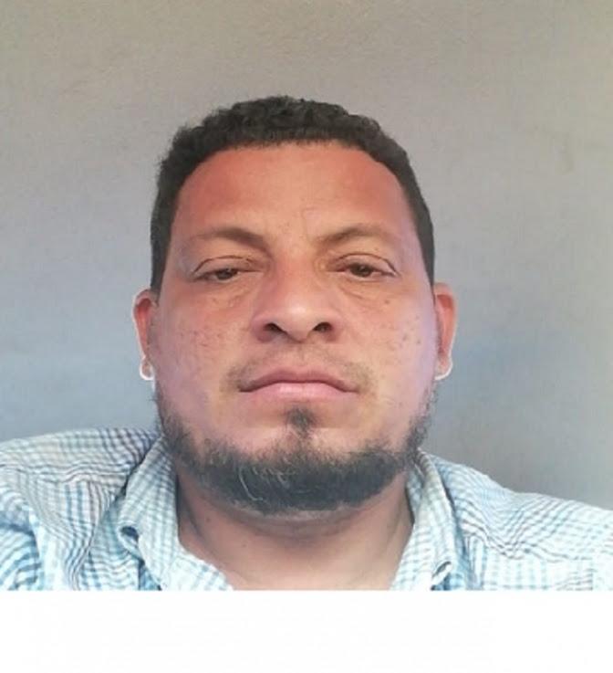 En la foto se puede evidenciar los resultados de las horas extenuantes que ha pasado Jairo López metido en una patrulla policial sin que le hayan informado de qué se trata.