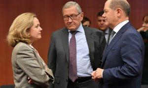 El director del MEDE,  Klaus Regling (c), entre la ministra de Economía, Nadia Calvino (i). y el titular alemán de Finanzas, Olaf Scholz (d), en una reunión del Eurogrupo, en Bruselas, en enero de 2019. AFP/Emmanuel Dunand