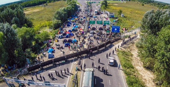 Vista aérea de un campamento improvisado de refugiados en la frontera entre Hungría y Serbia. - AFP