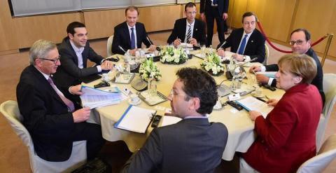 Juncker, Tsipras, Tusk, Corsepius, Draghi, Hollande, Merkel y Dijsselbloem en la minicumbre de anoche en Bruselas. /EFE