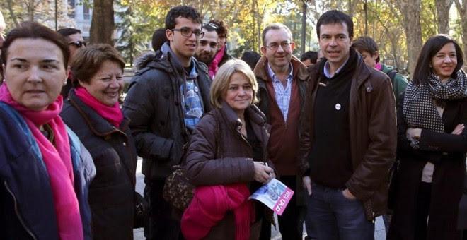 El cabeza de lista de UPyD al Congreso, Andrés Herzog, acompañado de simpatizantes de la formación, durante la presentación en Madrid, ante el ministerio de Sanidad, de las propuestas de su partido en materia sanitaria./ EFE